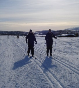 Ingeborg og Kristine koser seg på ski